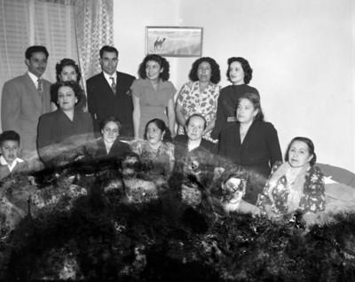 Familia en la sala de una casa, retrato de grupo
