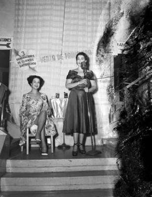 Mujer canta en escaleras de una tienda departamental, retrato