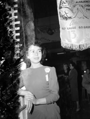 Mujer recargada en el mostrador de una tienda departamental retrato