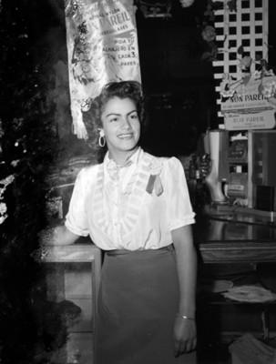 Mujer recargada en el mostrador de una tienda departamental, retrato