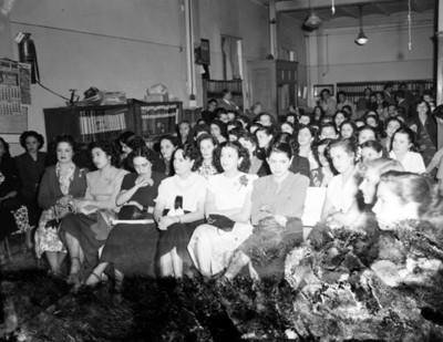 Mujeres sentadas en el salón de una tienda