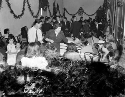 Gente reunida en una casa durante posada