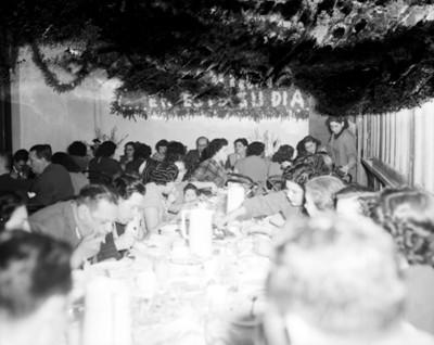 Gente come durante banquete en una fiesta en un salón