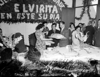 Mujer recibe regalo durante fiesta en un salón