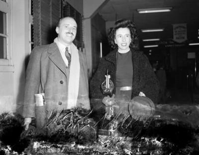 Ejecutivo y mujer en una tienda departamental, retrato