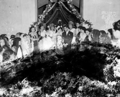 Novios durante su boda en la entrada de una iglesia