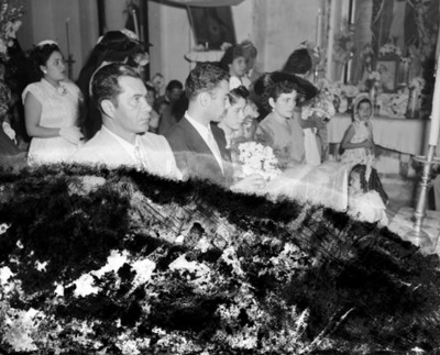 Novios durante su boda religiosa en una iglesia