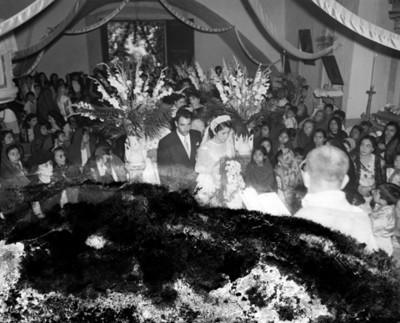 Novios caminan por el atrio de una iglesia durante su boda religiosa