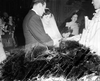 Novio coloca anillo a la novia durante su boda religiosa