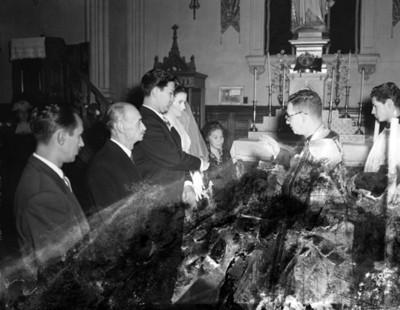 Sacerdote bendice a novios durante su boda religiosa