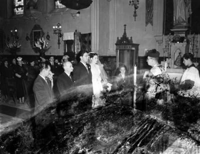 Novios y sacerdote durante boda religiosa