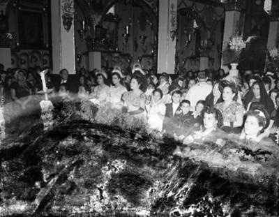 Gente en una iglesia durante boda religiosa