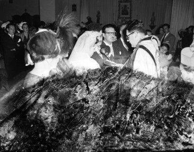 Sacerdote dirige palabras a novios durante boda religiosa