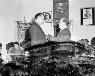 Líder sindical condecora a un hombre durante convención