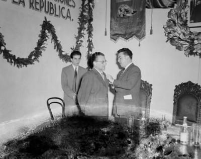 Líder sindical condecora a hombre durante convención