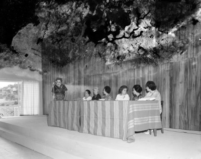 Mujeres de mesa directiva durante convención