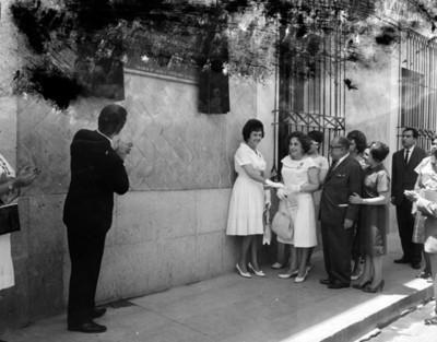 Eva Samano de López Mateos junto a otras personas durante develación de placa del Instituto de Protección Infantil