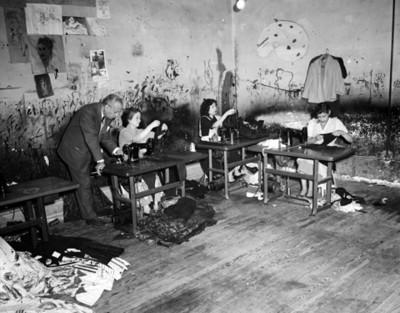 Mujeres trabajan en un taller de costura