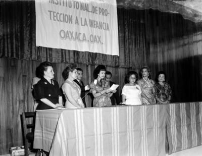 """Eva Sámano de López Mateos lee discurso durante la inaguración del """"Instituto de Protección a la Infancia"""""""