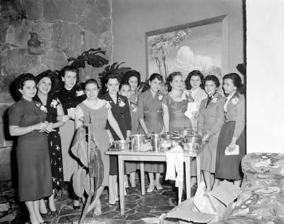 Mujeres reunidas en la sala de una casa, retrato de grupo