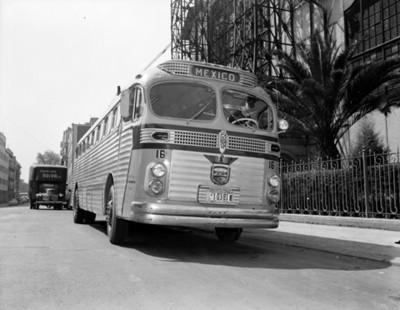 Autobús estacionado frente a un edificio, vista parcial
