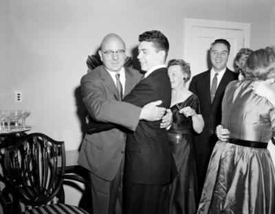 Hombres abrazandose durante matrimonio civil en una casa