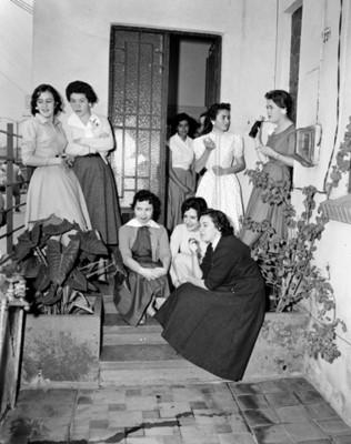 Mujeres durante reunión social en el patio de una casa
