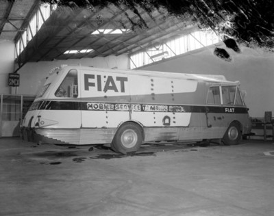 Autobús estacionado en un taller automótriz