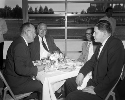Hombres en comedor durante banquete