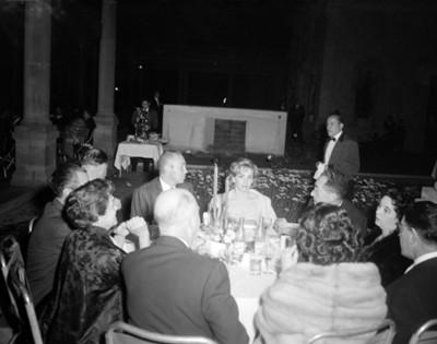 Hombres y mujeres durante banquete