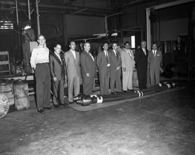 Hombres en instalación industrial, interior, retyrato de grupo