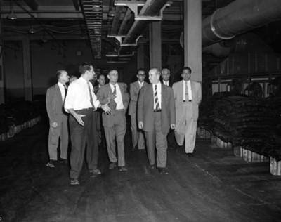 Hombres durante visita a instalación industrial