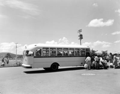 Gente aborda autobus en una parada