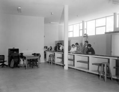 Hombres y mujeres en una oficina de correos