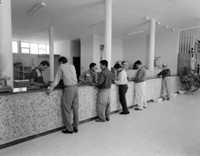 Hombres en el interior de una oficina de correos