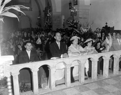 Gente durante ceremonia religiosa en el interior de una iglesia