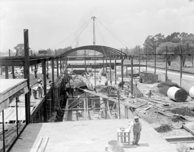 Trabajadoares durante construcción de un edificio