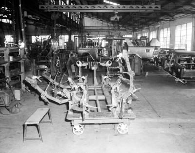 Obrero saoda carrocería de un automóvil en planta automotríz