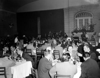 Hombres durante banquete en un salón