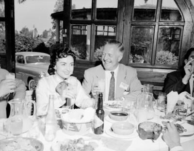 """Asistentes a la """" Convención FRIGIDARITE"""" durante banquete"""