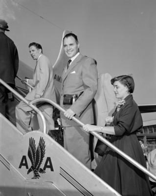 """Turistas abordan avión de la compañía """"American Airlines"""" en un aereopuerto"""