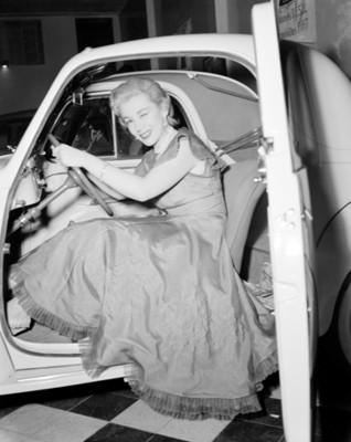 Modelo exhibe interior de automóvil en una agencia