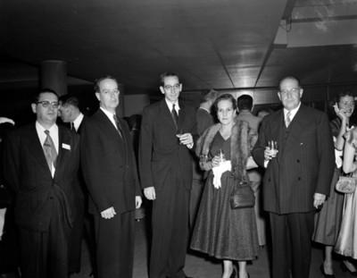 Mujer junto a hombres en evento social