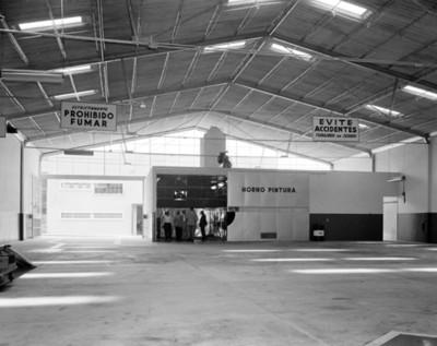 Hombres en un taller en el interior