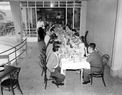 Gente come en un restaurante