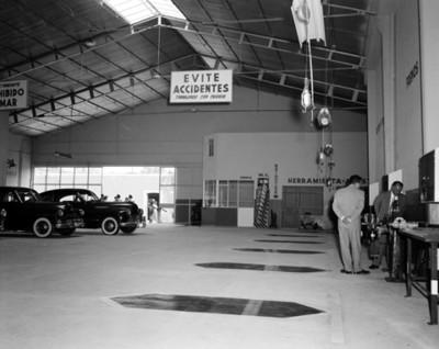 Gente en un taller automotríz