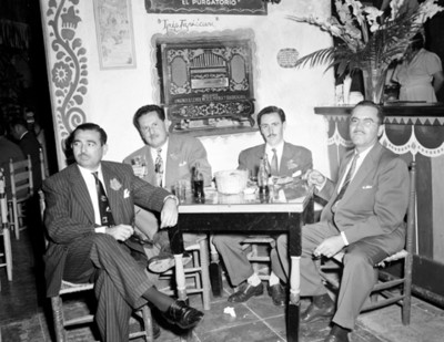 Ejecutivos en una mesa durante evento social