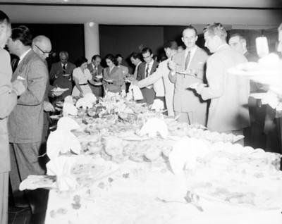 Ejecutivos conviven durante banquete, vista parcial