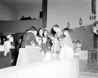Sacerdote oficia misa de primera comunión