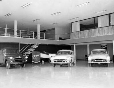 "Agencia automotríz ""Chrysler"" , interior vista parcial"